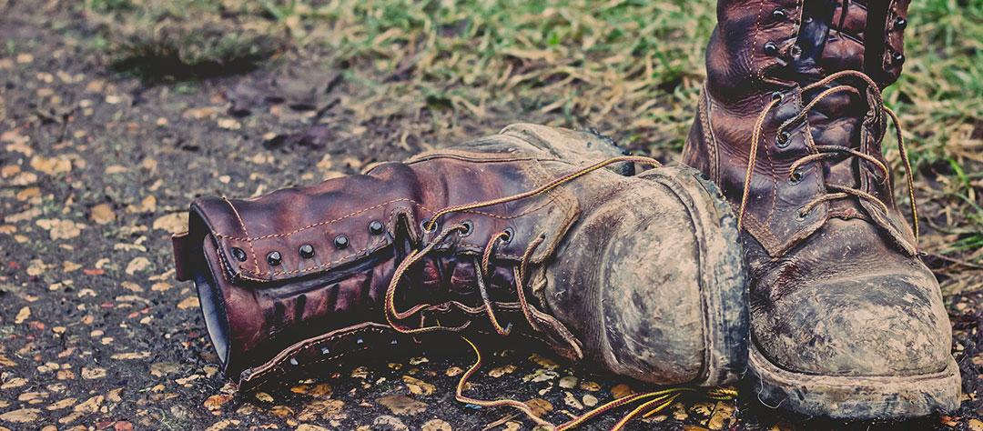 chaussures de travail sales, pleines de boue