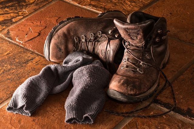 chaussures de sécurité marron, sur sole en carrelage
