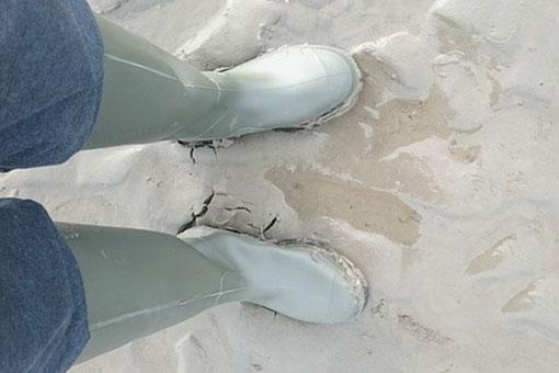 une paire de bottes en caoutchouc vert