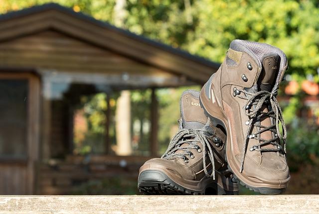 chaussures de randonnée devant un chalet en bois